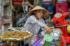 Vietnamesisk försäljningskvinna i Hanoi Royaltyfri Bild