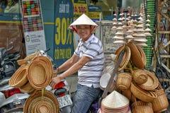 Vietnamesisk försäljningsman i Hanoi Arkivbild