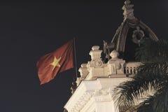 Vietnamesisk flagga överst av offentlig byggnad arkivbild