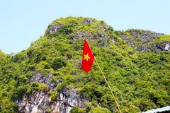 Vietnamesisk flagga på den Halong fjärden, Vietnam, Asien Arkivfoton