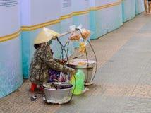 Vietnamesisk gatuförsäljare royaltyfria foton