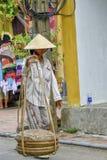Vietnamesisk gatuförsäljare i Hoi An Fotografering för Bildbyråer