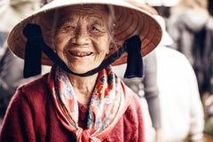 Vietnamesisk gatuförsäljare i ton, Vietnam Royaltyfri Bild