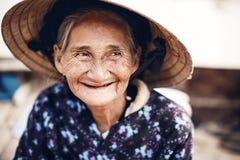 Vietnamesisk gatuförsäljare i ton, Vietnam Fotografering för Bildbyråer