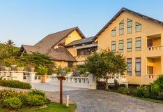 Vietnamesisk hotellbyggnad med trädgården Royaltyfri Bild
