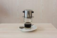 Vietnamesisk kaffestekflott in till ett exponeringsglas Royaltyfri Bild