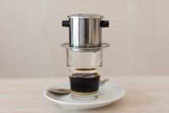 Vietnamesisk kaffestekflott in till ett exponeringsglas royaltyfri fotografi