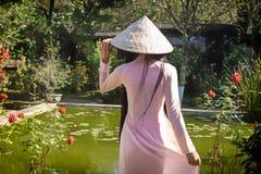 Vietnamesisk kvinna i parkera Arkivbild