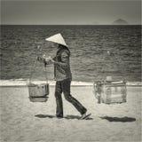 Vietnamesisk kvinna på en havskust Arkivfoto