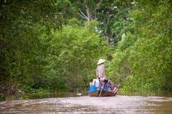 Vietnamesisk kvinna på fartyget fotografering för bildbyråer