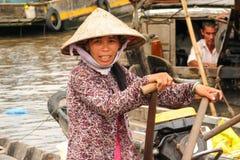Vietnamesisk kvinna som paddlar på hennes fartyg Royaltyfria Foton