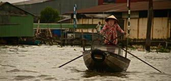Vietnamesisk kvinna som paddlar på Mekonget River, Vietnam royaltyfri foto
