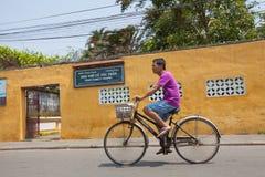 Vietnamesisk man med cykeln Royaltyfri Foto