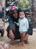 Vietnamesisk man med hans dotter. Mui Ne. Vietnam Arkivfoto