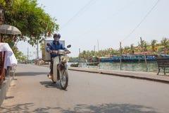 Vietnamesisk man med motorn Arkivbilder
