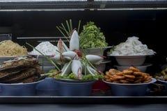 Vietnamesisk mat som framläggas i ett fönster på marknaden för Hoi An ` s arkivbilder
