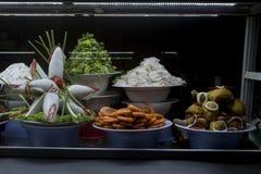 Vietnamesisk mat som framläggas i ett fönster på marknaden för Hoi An ` s arkivbild