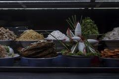 Vietnamesisk mat som framläggas i ett fönster på marknaden för Hoi An ` s royaltyfri fotografi