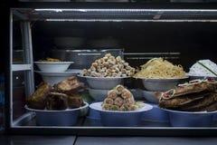 Vietnamesisk mat som framläggas i ett fönster på marknaden för Hoi An ` s royaltyfri bild
