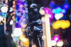 Vietnamesisk motorcyklist på bokehbakgrund royaltyfri bild