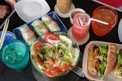 Vietnamesisk sallad, banh mi och ny rulle Royaltyfri Fotografi
