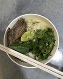 Vietnamesisk soppa i en bunke Arkivfoto