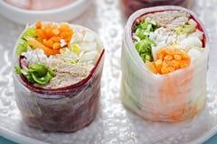 Vietnamesisk stilgrisköttsallad biter i mooliband med söt chilisås arkivfoton