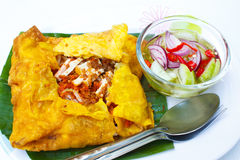 Vietnamesisk välfylld frasig omelett. royaltyfri bild