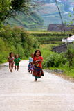 Vietnamesiska barn som kör med glädje Arkivbilder