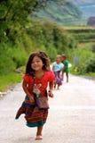 Vietnamesiska barn som kör med glädje Royaltyfri Foto