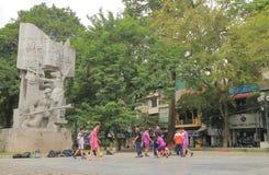 Vietnamesiska barn som spelar fotboll Hanoi Vietnam Arkivbild