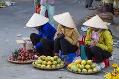 Vietnamesiska försäljare som säljer frukt och grönsaker på Dalat, marknadsför Arkivbild