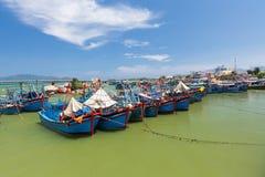 Vietnamesiska fiskebåtar i porten Arkivbilder