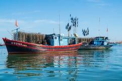 Vietnamesiska fiskebåtar på den Vin Cura Dai floden nära Hoi An Royaltyfria Bilder