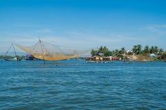 Vietnamesiska fiskebåtar på den Vin Cura Dai floden nära Hoi An Arkivfoto