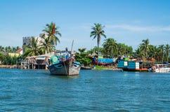 Vietnamesiska fiskebåtar på den Vin Cura Dai floden nära Hoi An Royaltyfri Bild