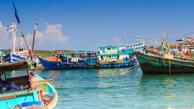 Vietnamesiska fiskebåtar vaggar på Azure Waves i fjärd arkivfilmer