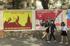 Vietnamesiska flickor i den Ho Chi Minh staden med Lenin i bakgrund arkivbilder