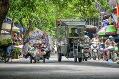 Vietnamesiska gatuförsäljare i Hanoi Royaltyfria Bilder