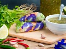 Vietnamesiska grönsakvårrullar tjänar som med varm och kryddig dippi arkivfoto