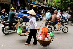 Vietnamesiska kvinnagatuförsäljare Hanoi royaltyfri bild