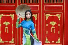 Vietnamesiska kvinnakläder Ao dai och non la Royaltyfria Foton
