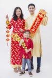 Vietnamesiska par som rymmer objektet för bra lycka för nytt år arkivbild