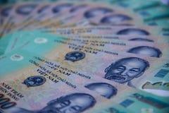 Vietnamesiska pengar dong på den vita tabellen Precis utskrivavna asiatiska pengar Asiatiska pengar fläktar ut Begrepp av rich oc Royaltyfri Fotografi