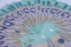 Vietnamesiska pengar dong på den vita tabellen Precis utskrivavna asiatiska pengar Asiatiska pengar fläktar ut Begrepp av rich oc Royaltyfria Foton