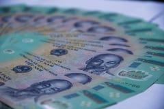 Vietnamesiska pengar dong på den vita tabellen Precis utskrivavna asiatiska pengar Asiatiska pengar fläktar ut Begrepp av rich oc Royaltyfri Bild