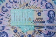 Vietnamesiska pengar dong på den vita tabellen Precis utskrivavna asiatiska pengar Asiatiska pengar fläktar ut Begrepp av rich oc Arkivbilder