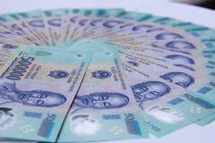 Vietnamesiska pengar dong på den vita tabellen VND Precis utskrivavna asiatiska pengar Asiatiska pengar fläktar ut Begrepp av ric Arkivfoto