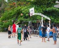 Vietnamesiska pojkar som spelar basket Arkivfoto