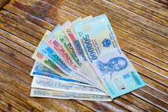Vietnamesiska sedlar: 1000, 2000, 5000, 10000, 20000, 50000, 100000, 200000 och 500000 Vietnam dongsVND på tabellen Royaltyfri Bild